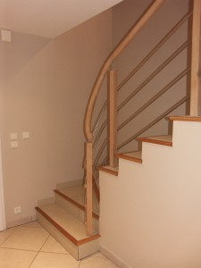 Départ débillardé sur escalier en béton